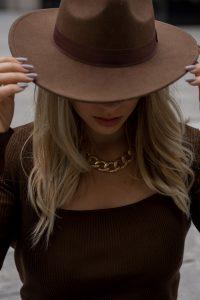 Herbst Styles 2020 - Saskia in einem braunen langen Stickkleid mit Hut - Bild 6