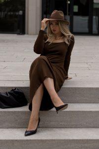 Herbst Styles 2020 - Saskia in einem braunen langen Stickkleid mit Hut - Bild 5