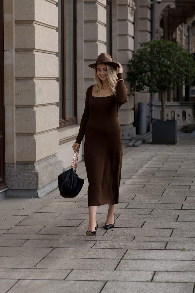 Herbst Styles 2020 - Saskia in einem braunen langen Stickkleid mit Hut - Bild 3