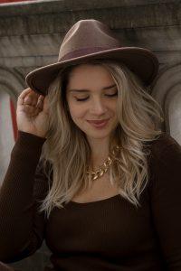 Herbst Styles 2020 - Saskia in einem braunen langen Stickkleid mit Hut - Bild 2