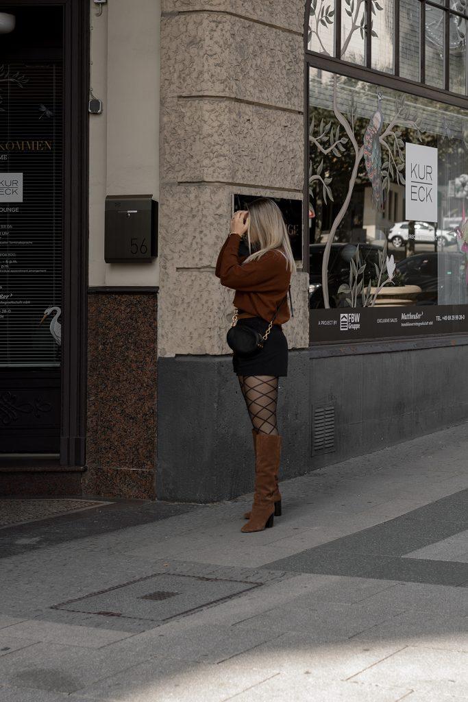 Herbst Styles 2020 - Saskia in einem braunen Feinstrickpullover mit schwarzen Shorts, gemusterter Stumpfhose und braunen Stiefeln - Bild 5