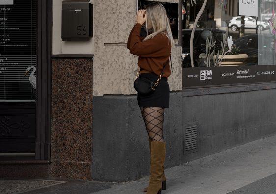 Herbst Styles 2020 - Saskia in einem braunen Feinstrickpullover mit schwarzen Shorts, gemusterter Stumpfhose und braunen Stiefeln - Bild 4