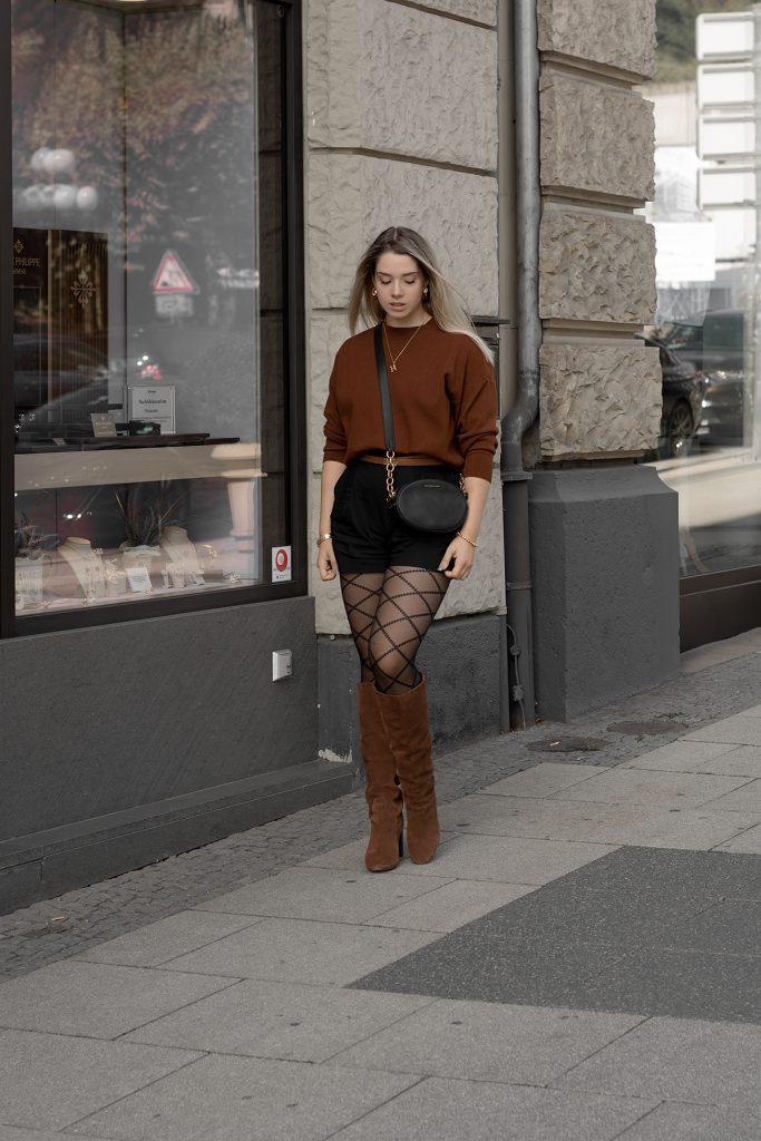 Herbst Styles 2020 - Saskia in einem braunen Feinstrickpullover mit schwarzen Shorts, gemusterter Stumpfhose und braunen Stiefeln - Bild 2