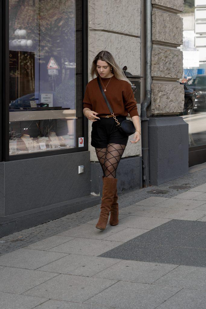 Herbst Styles 2020 - Saskia in einem braunen Feinstrickpullover mit schwarzen Shorts, gemusterter Stumpfhose und braunen Stiefeln - Bild 1