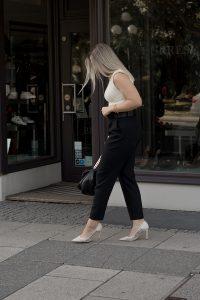 Herbst Styles 2020 - Saskia in einem Cremefarbenen Top mit Schulterolstern, einer schwarzen Hose und cremefarbenen Pumps - Bild 4